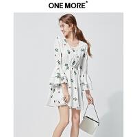 ONE MORE2019夏季新品V领高腰显瘦刺绣喇叭袖短款学院风连衣裙女