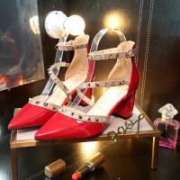 欧美单鞋中跟粗跟尖头一字扣高跟鞋女漆皮铆钉浅口百搭包头凉鞋女