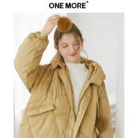 【ONEMORE秋季特惠 3折价:798】ONE MORE2019冬装新款个性口袋时尚羽绒服女中长款连帽外套姜黄